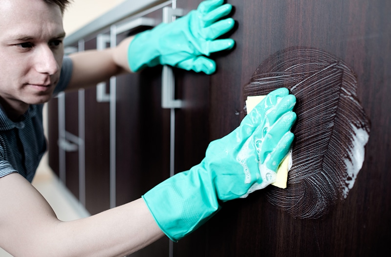 man cleaning household cleaning gloves - Conozca los desinfectantes multisuperficies en Costa Rica